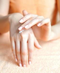 Τέσσερις τροφές που επηρεάζουν αρνητικά νύχια, μαλλιά και δέρμα.